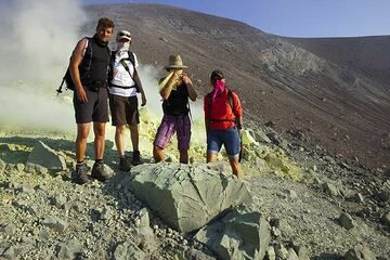 Group photo on the crater rim. (Photo: Tom Pfeiffer)