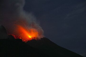 Obliquely directed explosion from the SE vent of Stromboli volcano (Photo: Tom Pfeiffer)