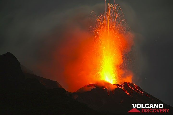 Powerful, 400 m high eruption from the central vent of Stromboli volcano (Photo: Tom Pfeiffer)
