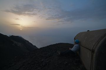 Leslie waiting for the next eruption at Bastimento shelters (700m.a.s.l.) (Photo: Marco Fulle)