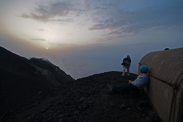 Leslie and Wolfgang wait for the next eruption (Photo: Marco Fulle)