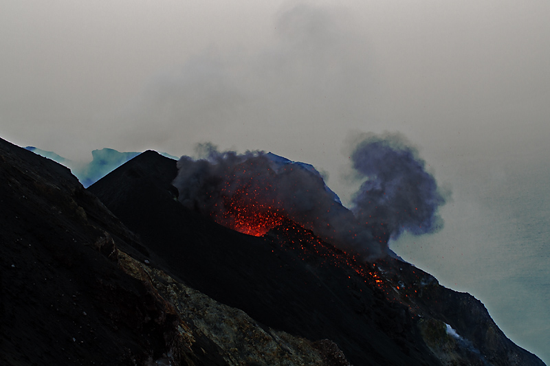 An eruption from the NE crater seen from Bastimento (Photo: Marco Fulle)