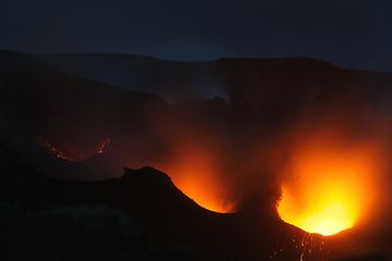 An eruption mostly of ash from the SW crater (left vent) (Photo: Marco Fulle)
