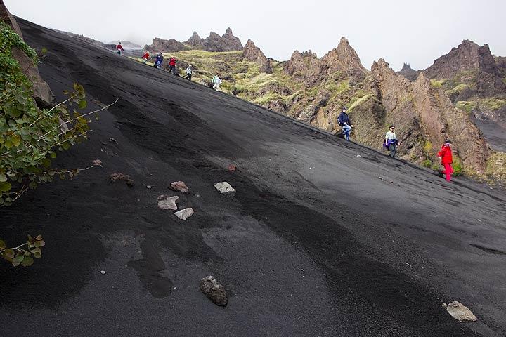 Group descending into Valle del Bove along a steep ash slope (Etna volcano) (Photo: Tom Pfeiffer)