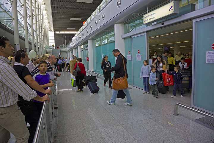 People waiting in the new arrival hall of Catania airport (Photo: Tom Pfeiffer)