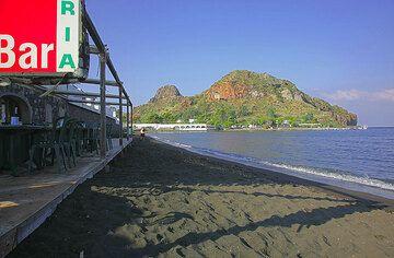 Beach at the hotel on Vulcano Island (Photo: Tom Pfeiffer)