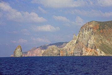 The ruggest west coast of Lipari Island (Photo: Tom Pfeiffer)