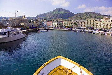 Arriving into Lipari harbour (Photo: Tom Pfeiffer)