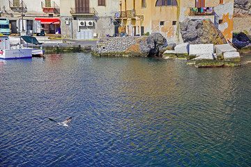 Houses at the harbour of Lipari (Photo: Tom Pfeiffer)