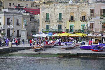 Fishing boats in the harbour of Lipari's Marina Corta (Photo: Tom Pfeiffer)