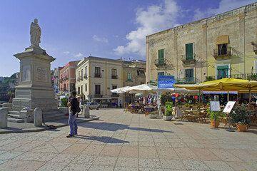 The square with cafes of Marina Corta at Lipari (Photo: Tom Pfeiffer)