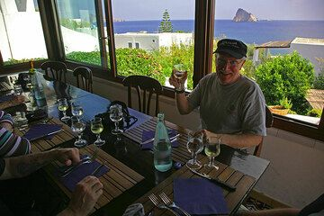 Waiting for lunch with a great view (Photo: Tom Pfeiffer)