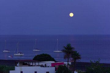 Full moon on Stromboli (Photo: Tom Pfeiffer)