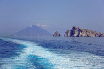Stromboli and Basiluzzo islands (Photo: Tom Pfeiffer)