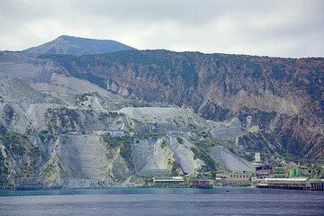 """The pumice quarries of Lipari and the obsidian lava flow """"Rocce Rosse"""" (Photo: Tom Pfeiffer)"""