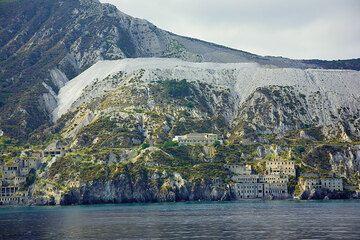Die alten Bimssteinbrüche bei MOnte Pilato auf Lipari (Photo: Tom Pfeiffer)