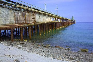 The pier where pumice and ash is loaded to ships (Photo: Tom Pfeiffer)
