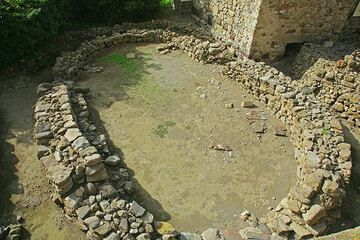 Remnant of an oval house, about 4000 years old, at the castle of Lipari (Photo: Tom Pfeiffer)