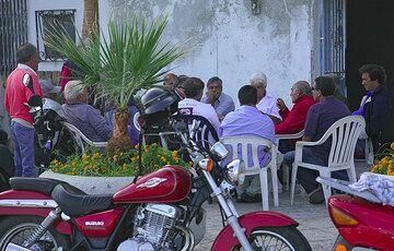 Man gathering as always (Photo: Tom Pfeiffer)