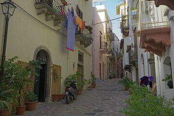 Street in the old town of Lipari (Photo: Tom Pfeiffer)