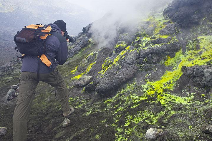 Fumaroles on the crater rim (Photo: Tom Pfeiffer)