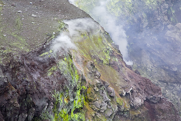 Sulphur and colorful oxides on the inner crater walls (Photo: Tom Pfeiffer)