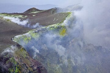 Two people on the crater rim (Photo: Tom Pfeiffer)
