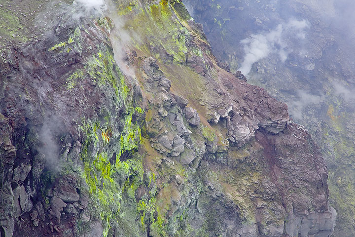 Colorful sulphur and oxide deposits at the strongly altered inner crater walls (Photo: Tom Pfeiffer)