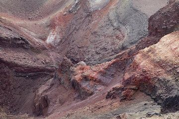 Oxidized layers of red and black scoria in the interior of the crater of the 2002-2003 eruption. (Photo: Tom Pfeiffer)