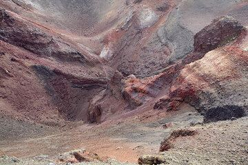 Layers of red and black scoria in the interior of the 2002-2003 eruption crater at 2700 m a.s.l. (Photo: Tom Pfeiffer)