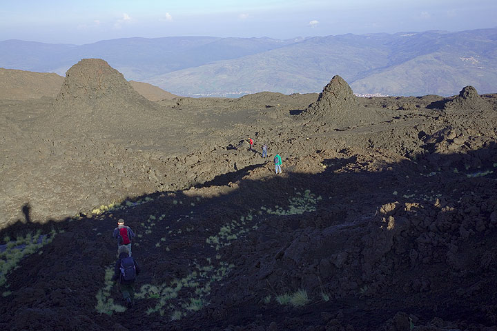 """Small and large hornitos / spatter cones nicely arranged along the """"bottoniera""""-type fissure from 1947. (Photo: Tom Pfeiffer)"""