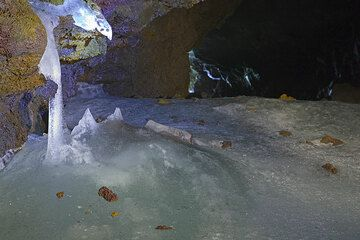 Ice stalactite near the entry of the cave. (Photo: Tom Pfeiffer)