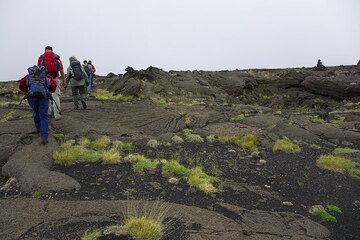 The blue sky is gone and clouds are coming in, so it's time to head back - about 10 km to the nearest road from here. The trail continues on the old pahoehoe lavas from 1614-24. (Photo: Tom Pfeiffer)