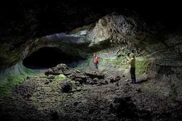 Rosario and Ines in the Grotta dei Lamponi - one of the largest lava tubes of Etna (Photo: Tom Pfeiffer)