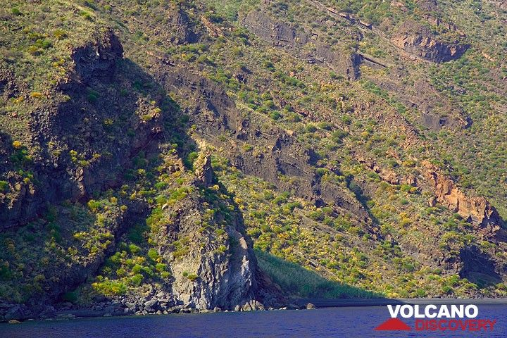 Old scoria layers visible in the cliffs of Stromboli island (Photo: Tom Pfeiffer)
