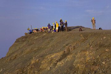 Group with yellow helmets waiting for eruptions on Stromboli (Photo: Tom Pfeiffer)