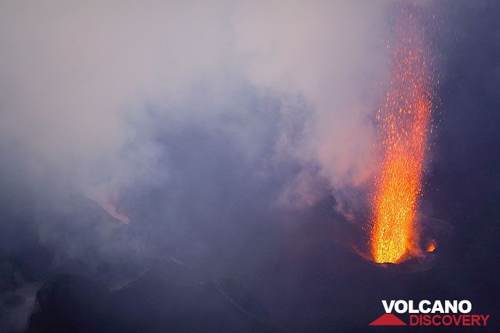 Strong jet of liquid lava from the central vent (Photo: Tom Pfeiffer)