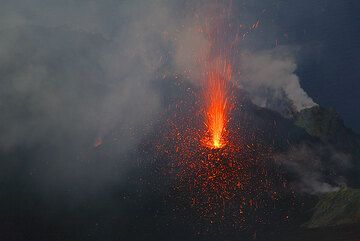 Lava fountain from the NE crater and a steaming fumarole on the outer, breached eastern crater wall. (Photo: Tom Pfeiffer)