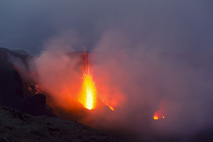Eruption from the NW crater (Photo: Tom Pfeiffer)