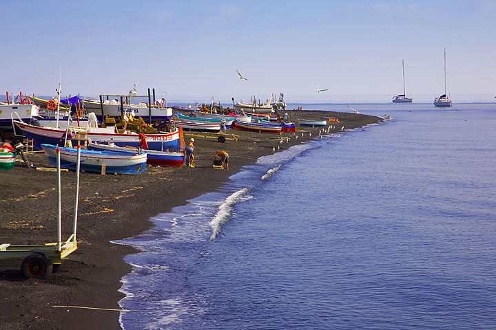 The black-sand beach of Stromboli and fishing boats pulled ashore (Photo: Tom Pfeiffer)