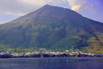 Picita and the Stromboli mountain (Photo: Tom Pfeiffer)