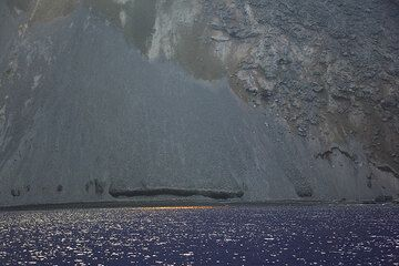 Reflections of sunlight on the calm sea at the shore of the Sciara del Fuoco (Photo: Tom Pfeiffer)