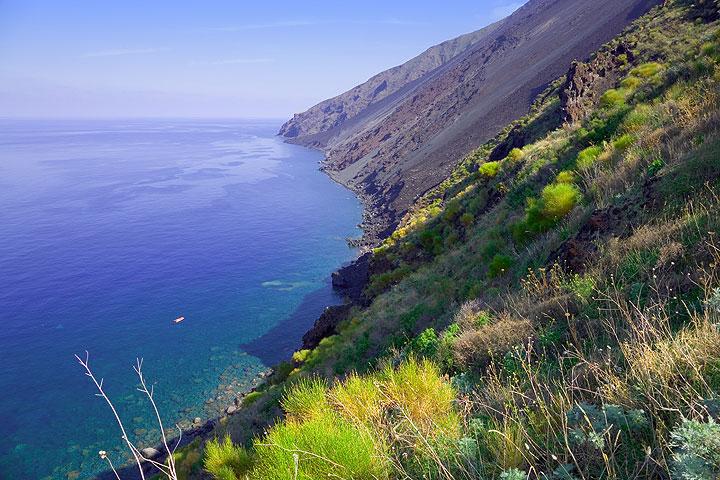 View onto the Sciara del Fuoco from Punta del Corvo (Photo: Tom Pfeiffer)