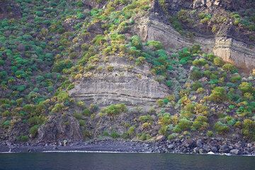 Tuff layers on the south coast of Stromboli (Photo: Tom Pfeiffer)