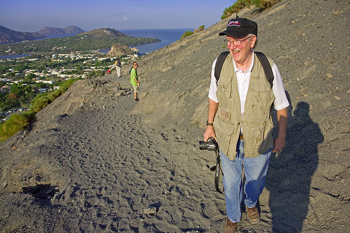 Steve on his way up to the crater rim. (Photo: Tom Pfeiffer)