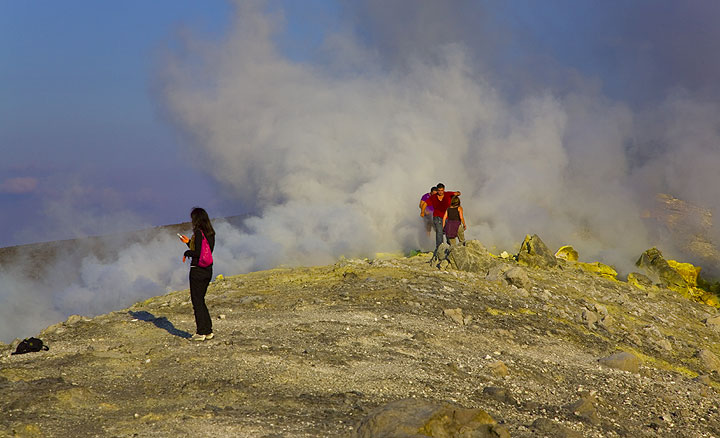 """""""I'm on the crater rim of a volcano"""" SMS (Photo: Tom Pfeiffer)"""