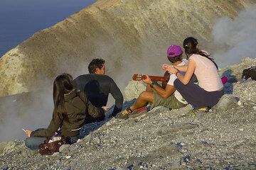 Guitar playing on a volcano (Photo: Tom Pfeiffer)