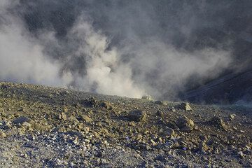 Fumes inside the crater (Photo: Tom Pfeiffer)