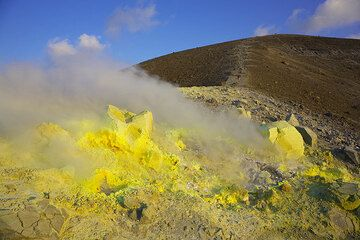 Fumaroles and the trail to the top of the crater rim (Photo: Tom Pfeiffer)