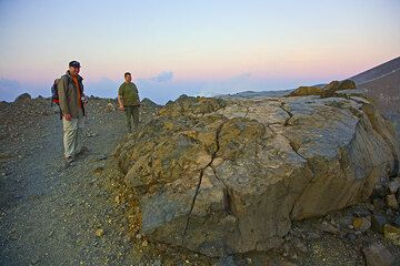 Daniel and James standing at an enormous breadcrust bomb at the crater rim (Photo: Tom Pfeiffer)